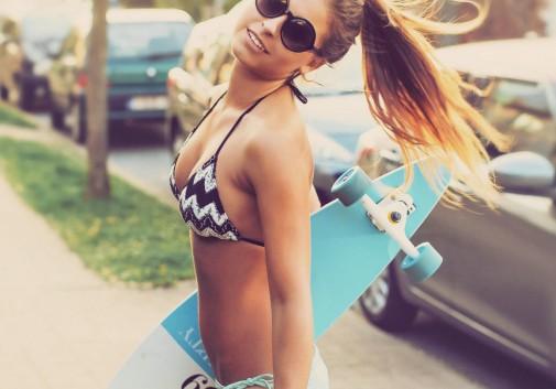 bikini-brune-sexy-rue-soleil