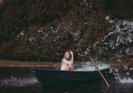 blonde-barque-eau-onirique-lac