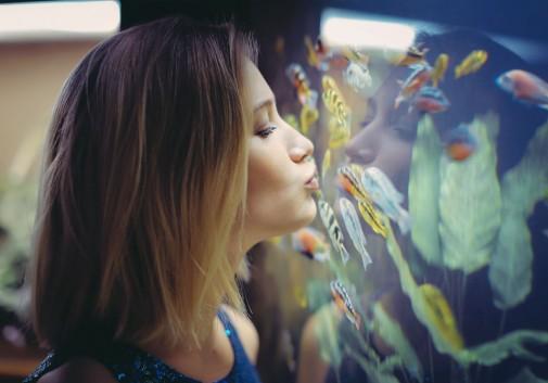 blonde-poisson-mignon-aquarium-femme