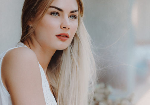 blonde-portrait-visage-balcon-regard
