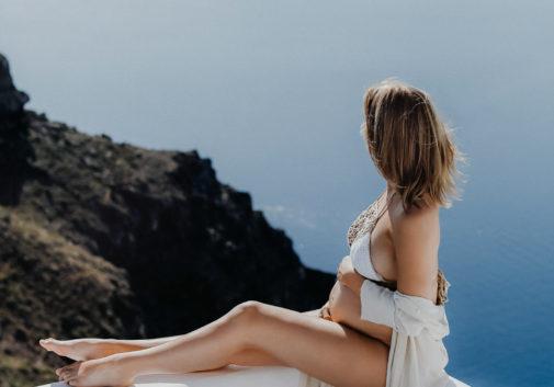 blonde-santorin-grossesse-mer-vue