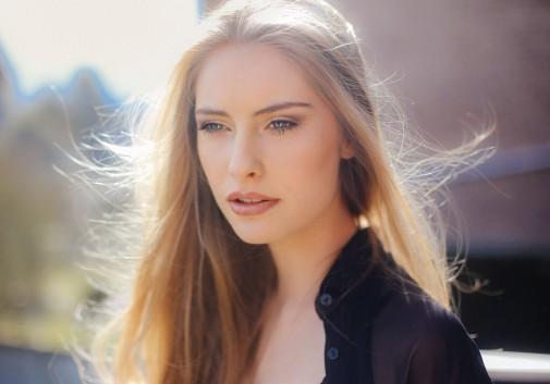 blonde-soleil-vent-regard-intense