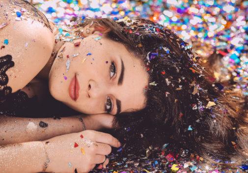 brune-confetti-pailette-couleur-femme