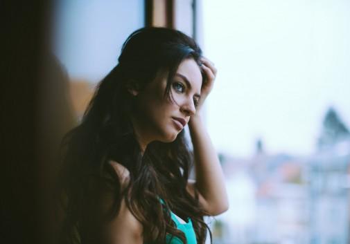 brune-sensuel-femme-vue-fenetre