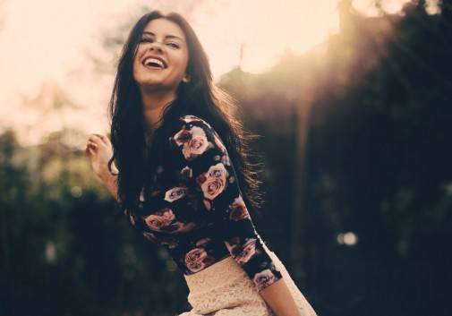 brune-soleil-flare-rire-femme