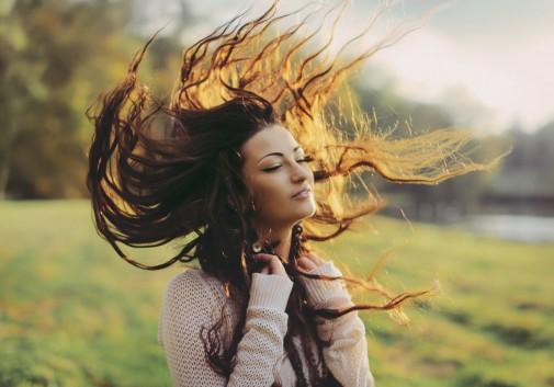 cheveux-vent-soleil-brune-femme