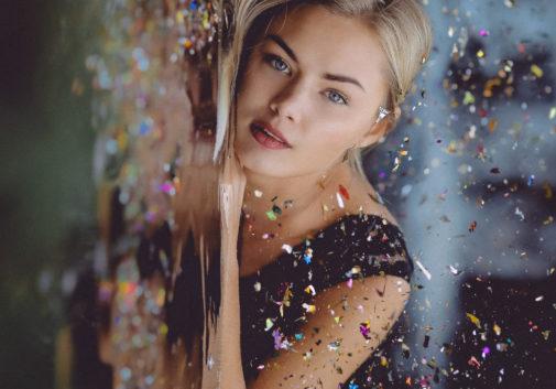 confettis-eau-portrait-blonde-regard