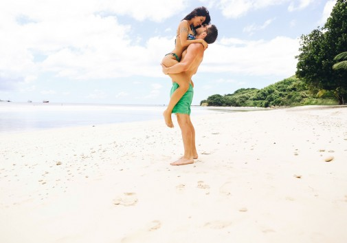 couple-amour-plage-soleil-calin