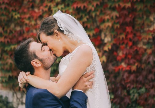 couple-automne-mariage-bisou-feuille