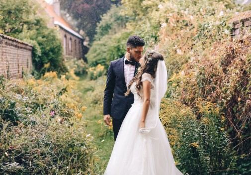 couple-bonheur-pluie-mariage-robe