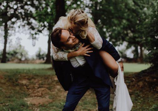 couple-bonheur-rire-mariage-nature