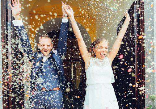 couple-joie-eglise-rire-mariage