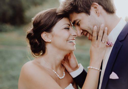 couple-joie-rire-mariage-soleil