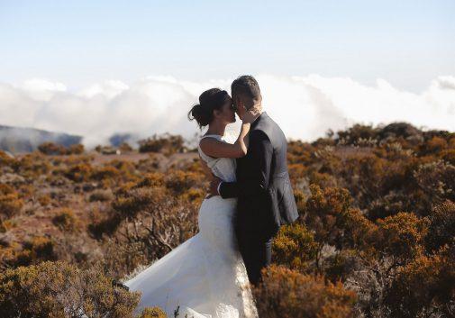 couple-mariage-calin-costume-robe
