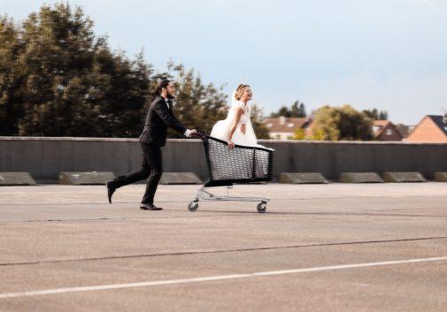 couple-rire-caddie-mariage-folie