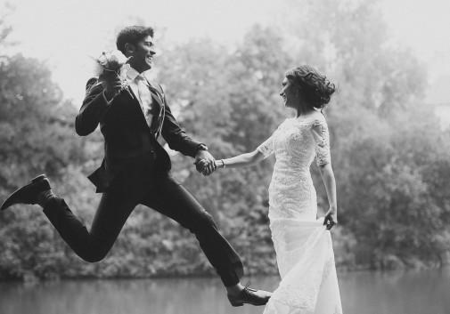 couple-saut-amour-mariage-fun