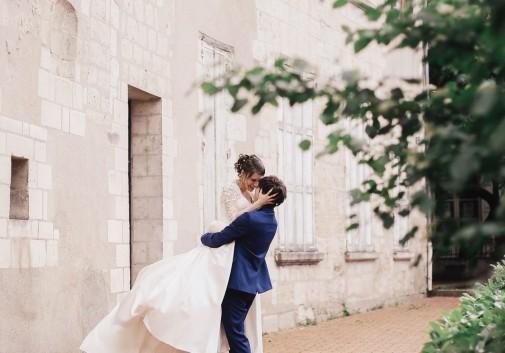 danse-joie-saut-mariage-couple