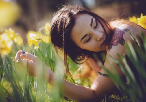femme-asiatique-nature-fleur-paisible