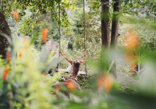 femme-balançoire-nature-joie-foret