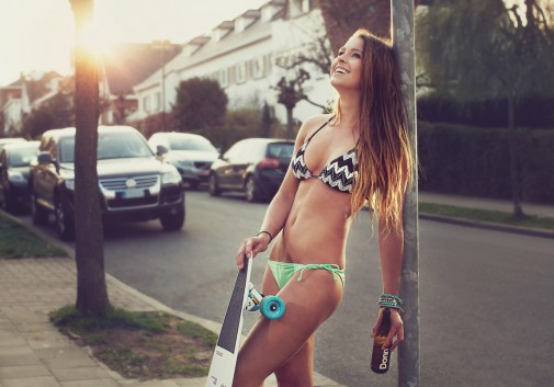 femme-bikini-donn-biere-soleil