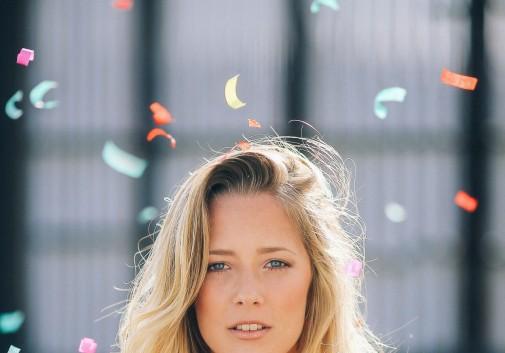femme-blonde-couleur-portrait-confetti