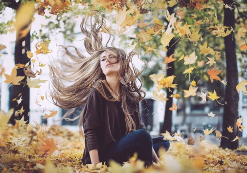 femme-blonde-feuille-magique-cheveux