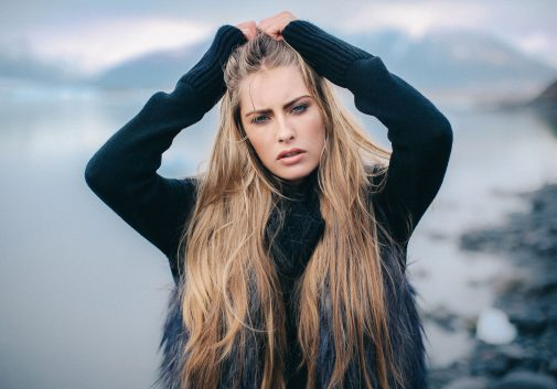 femme-blonde-islande-eau-froid