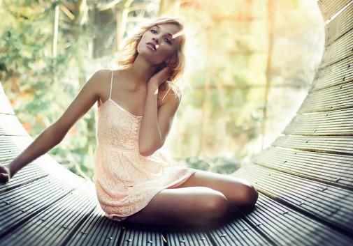 femme-blonde-soleil-robe-nature