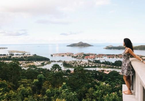 femme-brune-balcon-seychelles-paysage