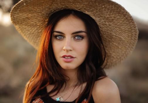 femme-brune-chapeau-soleil-regard