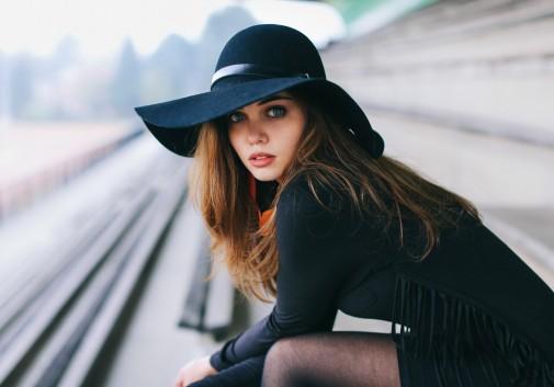 femme-brune-chapeau-stade-gradin