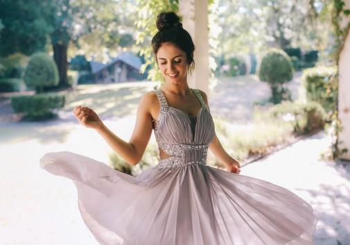 femme-brune-danse-joie-nature