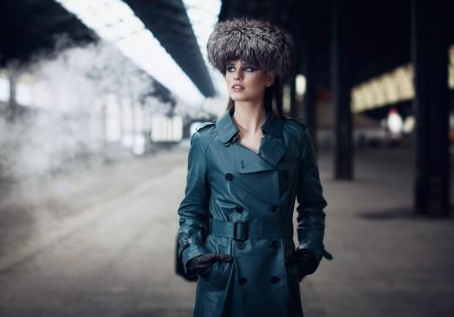 femme-brune-fumée-mode-chapeau