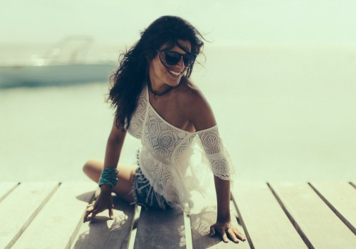 femme-brune-joie-bonheur-mer-soleil