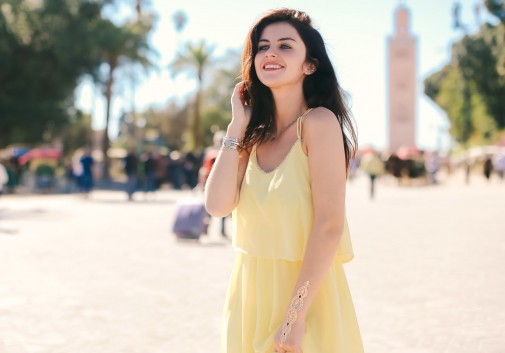 femme-brune-maroc-soleil-joie