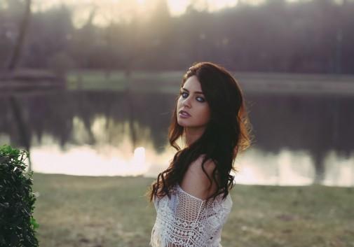femme-brune-parc-eau-soleil-lumiere