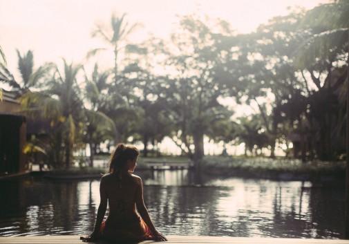 femme-brune-paysage-eau-ile-maurice