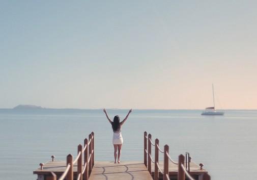 femme-brune-paysage-ponton-bonheur-