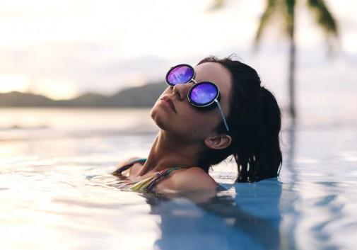 femme-brune-piscine-eau-lunette