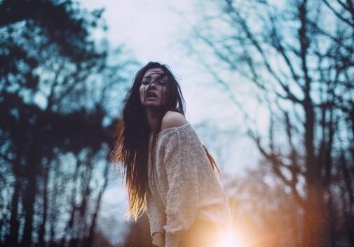 femme-brune-pluie-nuit-tristesse