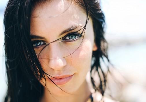 femme-brune-regard-mer-vacance