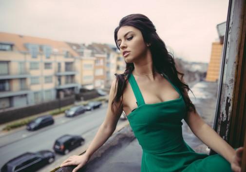 femme-brune-sexy-balcon-rue