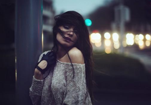 femme-brune-vent-tristesse-rue