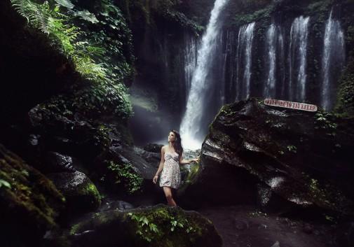 femme-cascade-eau-thailande-brune