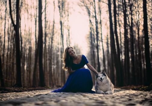 femme-chien-rire-nature-arbre