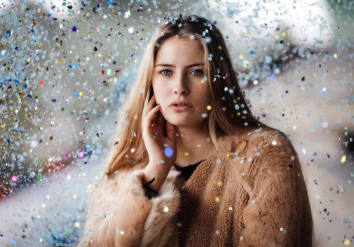 femme-confetti-blonde-portrait-couleur