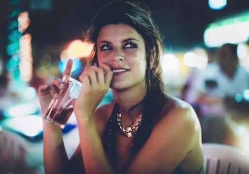 femme-couleur-bokeh-sexy-nuit