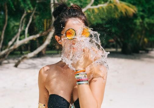 femme-eau-brune-vacance-plage