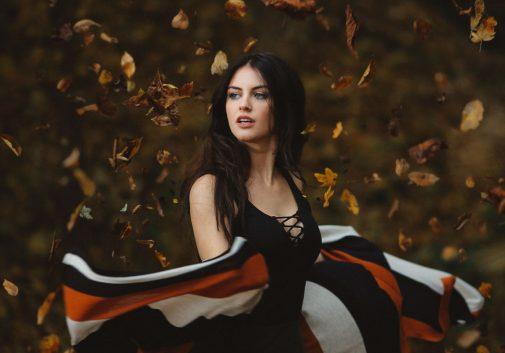 femme-feuille-automne-magie-brune