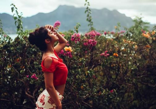 femme-fleur-brune-paysage-short